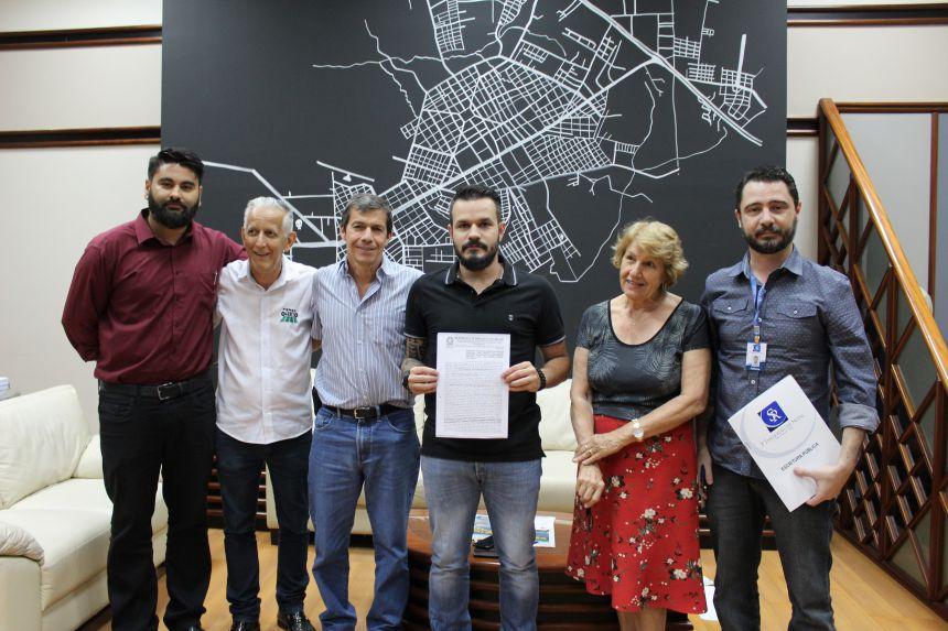 Prefeito e loteadora assinam escritura do terreno para o novo Centro Cívico
