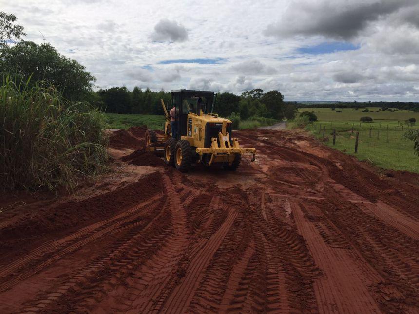 Prefeitura inicia readequação da estrada de acesso ao distrito de Mandiocaba