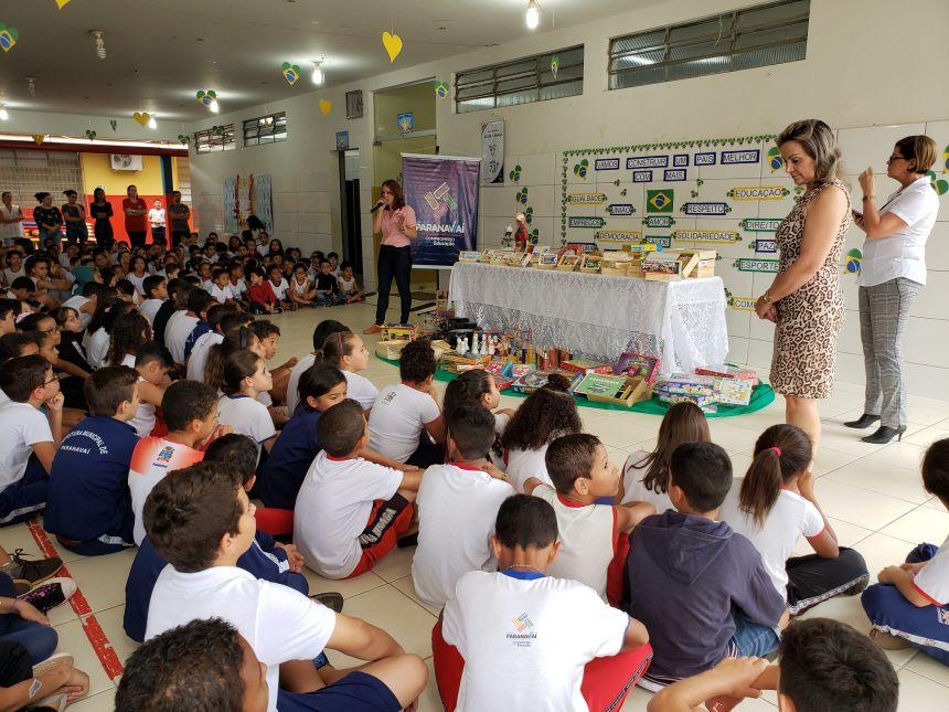 Município entrega mais de 3.500 jogos para escolas