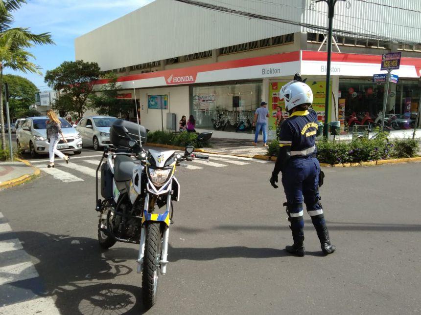 Agentes e orientadores de trânsito trabalham com novos uniformes para facilitar identificação