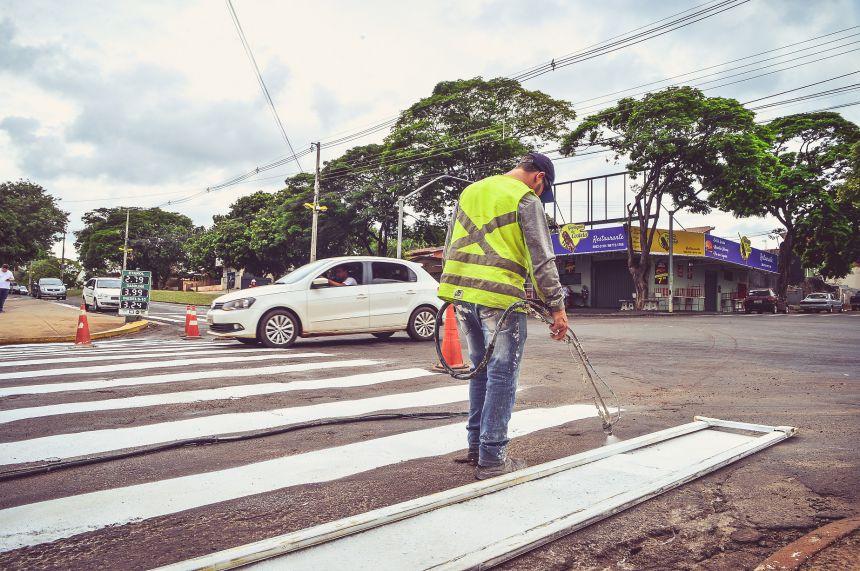 Prefeitura executa micropavimento e sinalização na Avenida Tancredo Neves