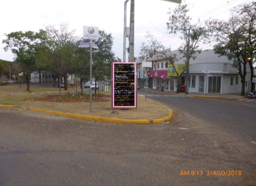 Empresas desrespeitam a lei e sujam a cidade com placas de publicidade