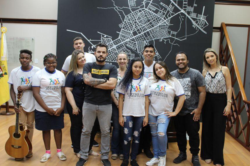 """Alunos da """"Rádio Oficina"""" do Centro da Juventude encontram prefeito KIQ"""