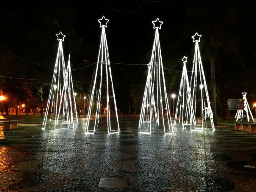 Prefeitura está instalando mais de 8 mil metros de iluminação natalina