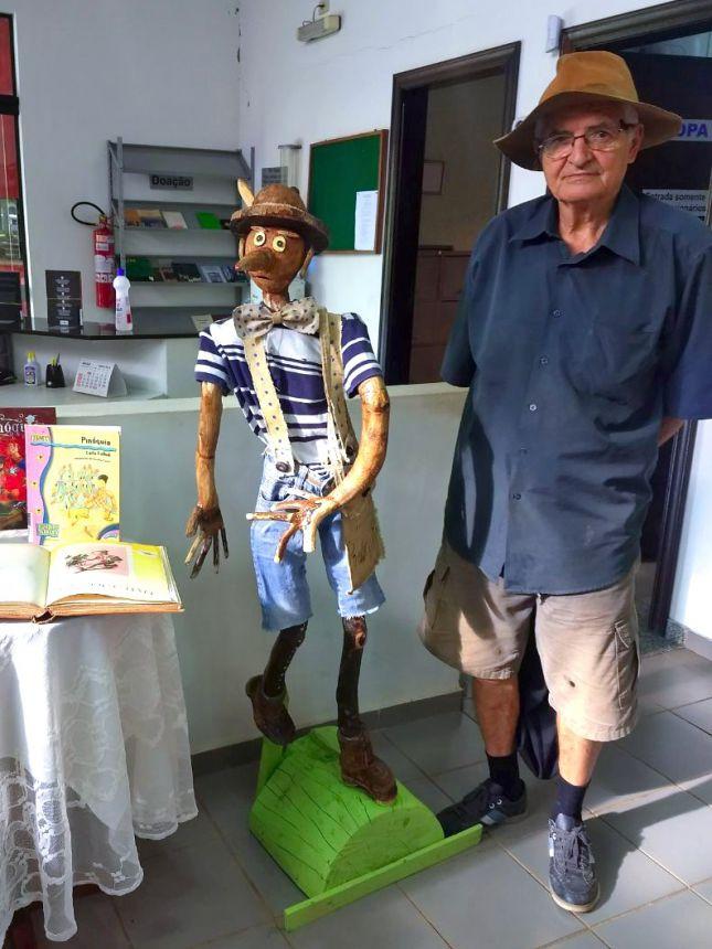 Escultura de Pinóquio está em exposição na Biblioteca Municipal