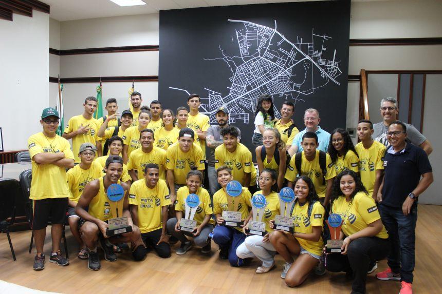 Atletas da equipe de atletismo visitam prefeitura