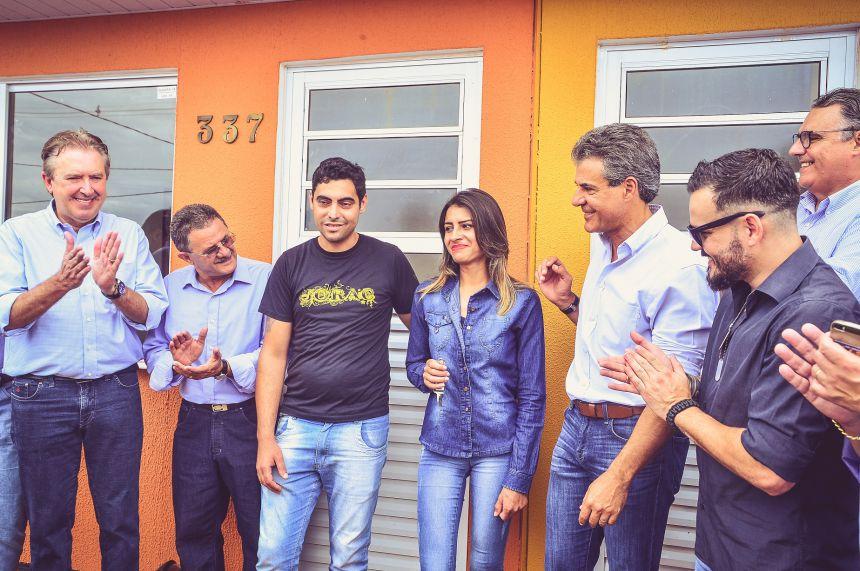 KIQ e Beto Richa entregam 144 casas do Residencial Santa Maria