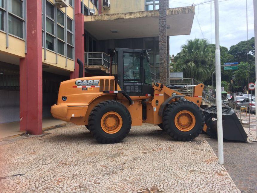 Município recebe pá carregadeira para serviços nas estradas rurais