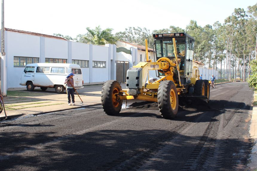 Infraestrutura executa reperfilamento no Jardim Ipê