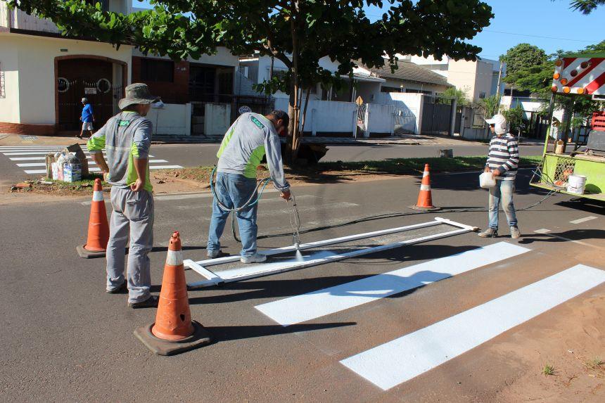 Prefeitura executa pintura de faixas na Avenida Parigot de Souza