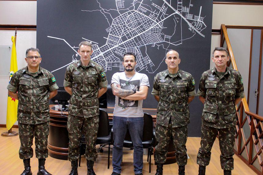 Prefeito KIQ recebe comandantes da 5ª Região Militar