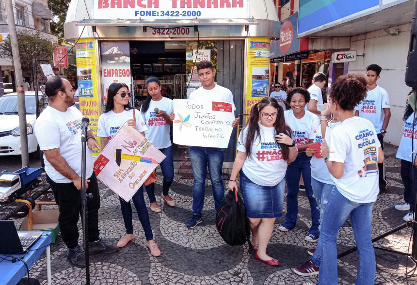 """Alunos do Centro da Juventude fazem """"paradão"""" no dia Mundial contra o trabalho infantil"""