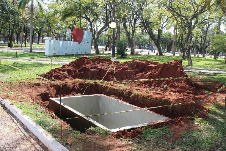 Primeira lixeira soterrada da cidade está sendo instalada na Praça dos Pioneiros