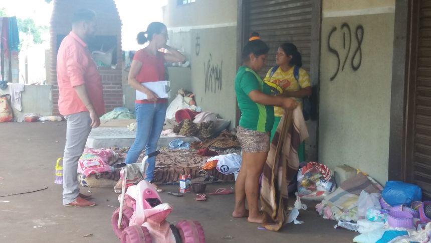 Assistência estuda ajuda para indígenas que estão vendendo produtos artesanais na cidade