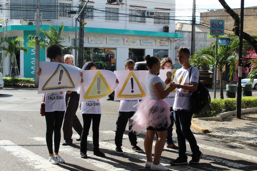 """Adolescentes do Centro da Juventude fazem """"paradão"""" contra exploração sexual infantil"""