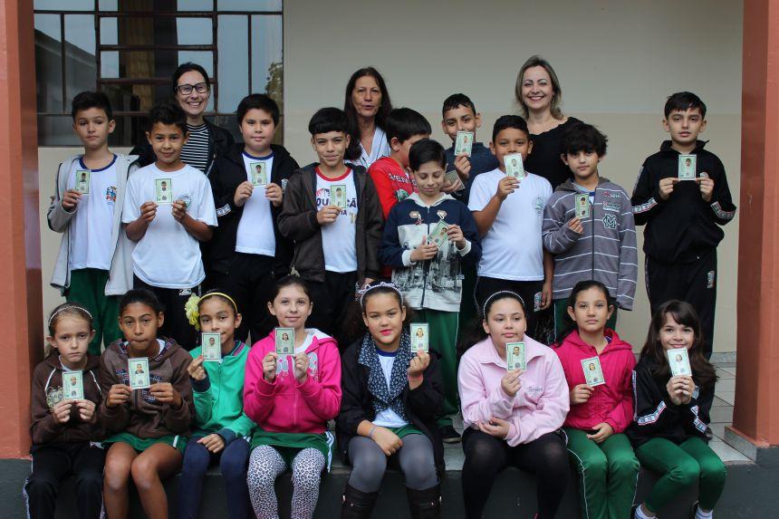Alunos da Escola Cecília Meireles recebem carteiras de identidade