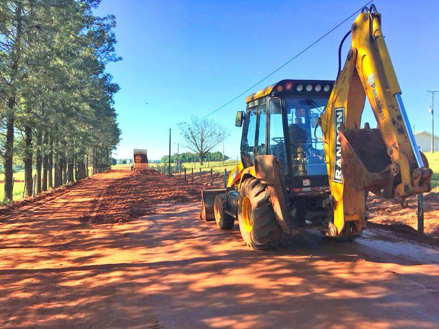 Prefeitura trabalha com a readequação de estrada no distrito de Mandiocaba