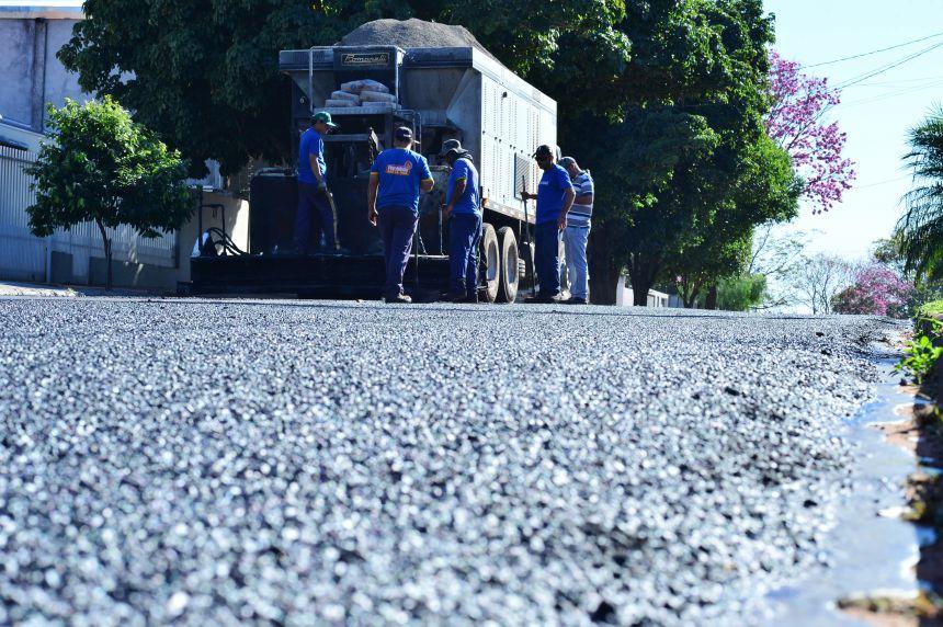 Município executa micropavimentação em trecho da Avenida Tancredo Neves