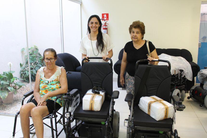 Secretaria de Saúde entrega cadeiras motorizadas para pacientes