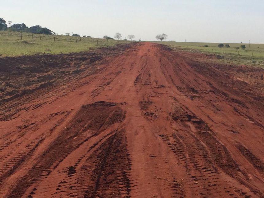 Município trabalha com readequação de estradas rurais no distrito de Graciosa