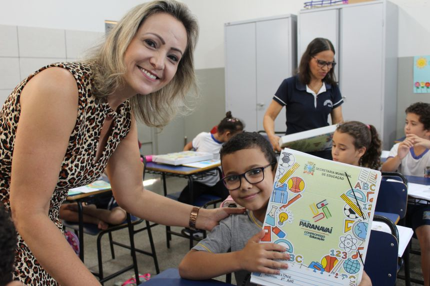 Alunos da rede municipal recebem kits de material escolar complementar