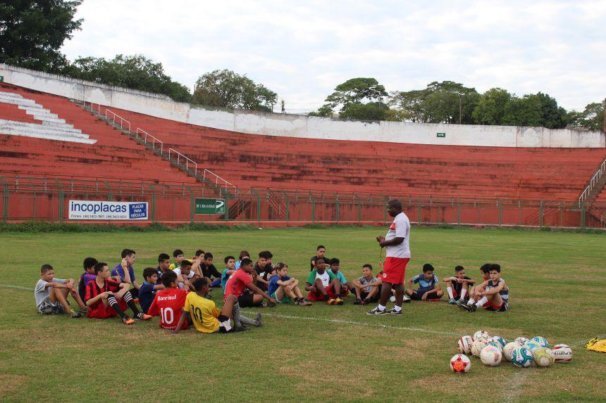 Projeto leva crianças à prática esportiva no Estádio Municipal