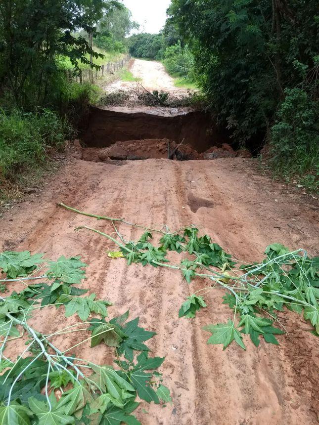 Chuva derruba ponte da Estrada dos Búfalos