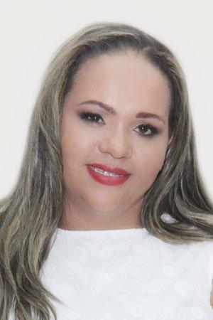 <p><br /> Josiane Luiz da Silva nasceu em Marialva no dia 12 de agosto de 1982, filha da servidora Ilza Luiz da Silva. Concluiu o segundo grau no Colégio Alvo Núcleo de Ensino e, durante um período, trabalhou como doméstica, babá e como atendente no CMEI Leonardo Henrique Alves de Souza.</p>  <p>Há 11 anos é auxiliar de serviços gerais da Prefeitura Municipal. Nos últimos três anos, têm trabalhado como coordenadora de recepção no Pronto Atendimento de Marialva.</p>  <p>Formada no curso técnico de Administração pela Pronatec, atualmente, presta graduação em Assistência Social pela Unopar. Casada com Mauricio Aparecido da Silva e mãe de duas filhas, Emily Kaiane e Vitoria Radassa, Josiane desenvolve ações sociais na Igreja Pentecostal Caminho da Paz, onde é evangelista, ao lado do marido, presbítero.</p>  <p>Foi candidata a vereadora em 2012, conquistando a cadeira no Legislativo em 2016.</p>  <p><strong>Telefone para contato: (44) 99185-6496<br /> Ramal do Gabinete: 32</strong></p>