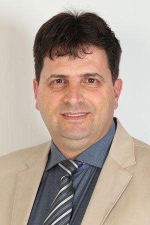 <p>Jefferson Marcelo Garbúggio nasceu no dia 3 de fevereiro de 1970 em Maringá. Filho do advogado Adelino Garbúggio e de Luzia Galante Garbúggio.<br /> <br /> Em 1994, passou num concurso da polícia militar e trabalhou durante sete meses no 4º Batalhão de Maringá. Em 1995, se formou em História pela Universidade Estadual de Maringá (UEM).<br /> <br /> Atuou, durante 15 anos, como professor do Estado. Ministrou aulas na Escola Estadual Conjunto João de Barro, na Escola Estadual Nilson Batista Ribas, no Colégio Estadual Juracy Rachel Saldanha Rocha, no Colégio Estadual Dr. Felipe Silveira Bittencourt e também nas escolas do município de Sarandi. Entre 1997 e 1998, especializou-se em Educação Pública no Brasil.<br /> <br /> Em 2000, decidiu seguir a carreira do pai e entrou para o curso de Direito da Faculdade Maringá. Logo depois de conquistar o diploma, em 2004, passou a dar aulas de Direito Previdenciário na universidade, onde permanece como professor até os dias de hoje. Em 2006, concluiu o Mestrado em Educação pela UEM. Desde 2012, trabalha também como advogado no escritório Garbúggio & Borsari - Advogados Associados.<br /> <br /> Foi vereador na Câmara Municipal de Marialva durante a legislação 2013/2016 pelo Partido dos Trabalhadores e presidente da Casa durante o biênio 2015/2016. Foi reeleito para o cargo nas eleições de 2016. É casado com a educadora física e advogada Cleonice Veronez Garbúggio e é pai de três filhos.</p>  <p><strong>Telefone para contato: (44) 99172-7660<br /> Ramal do Gabinete: 35</strong></p>